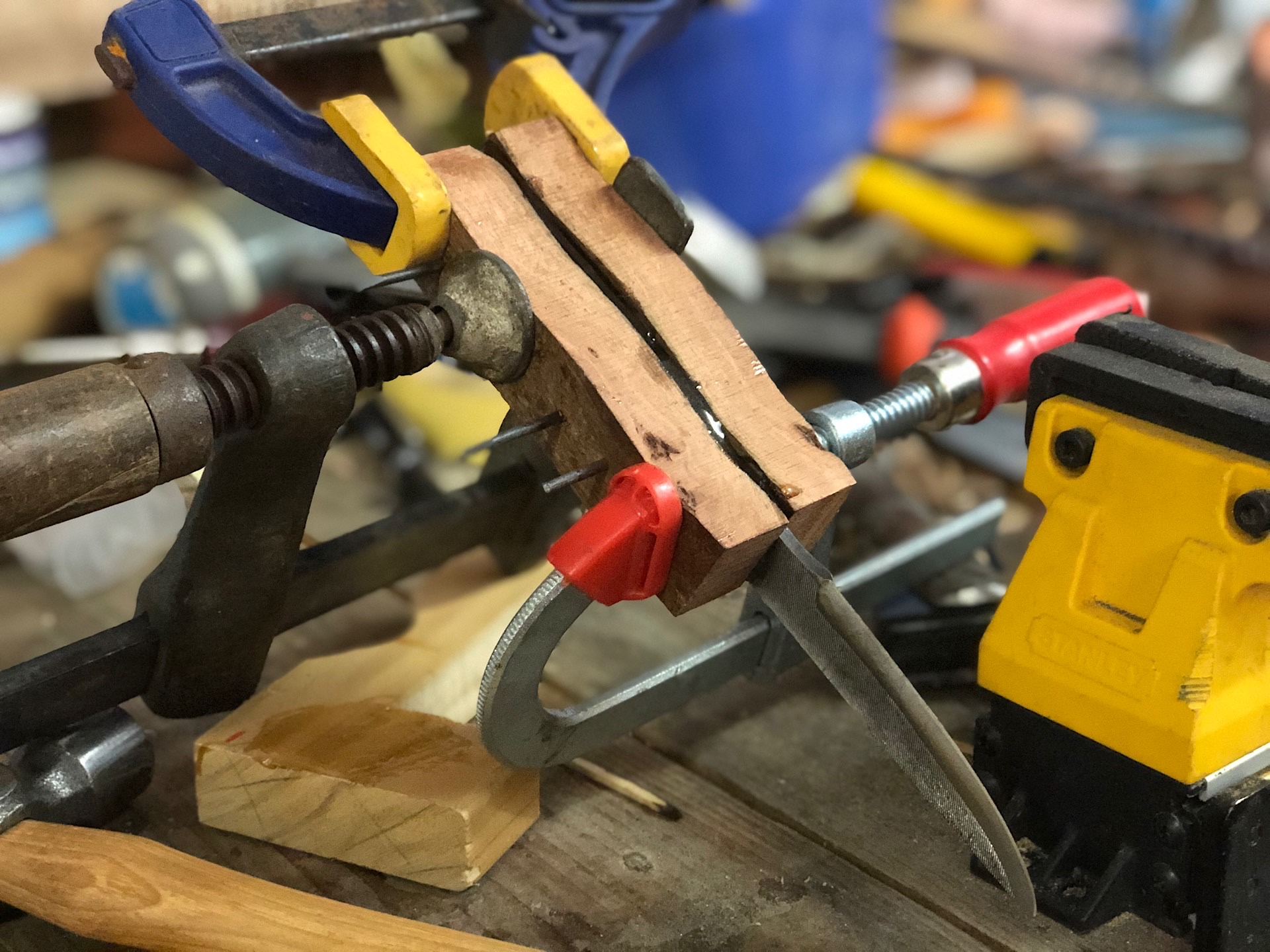 Glueing the wooden scales to a knife