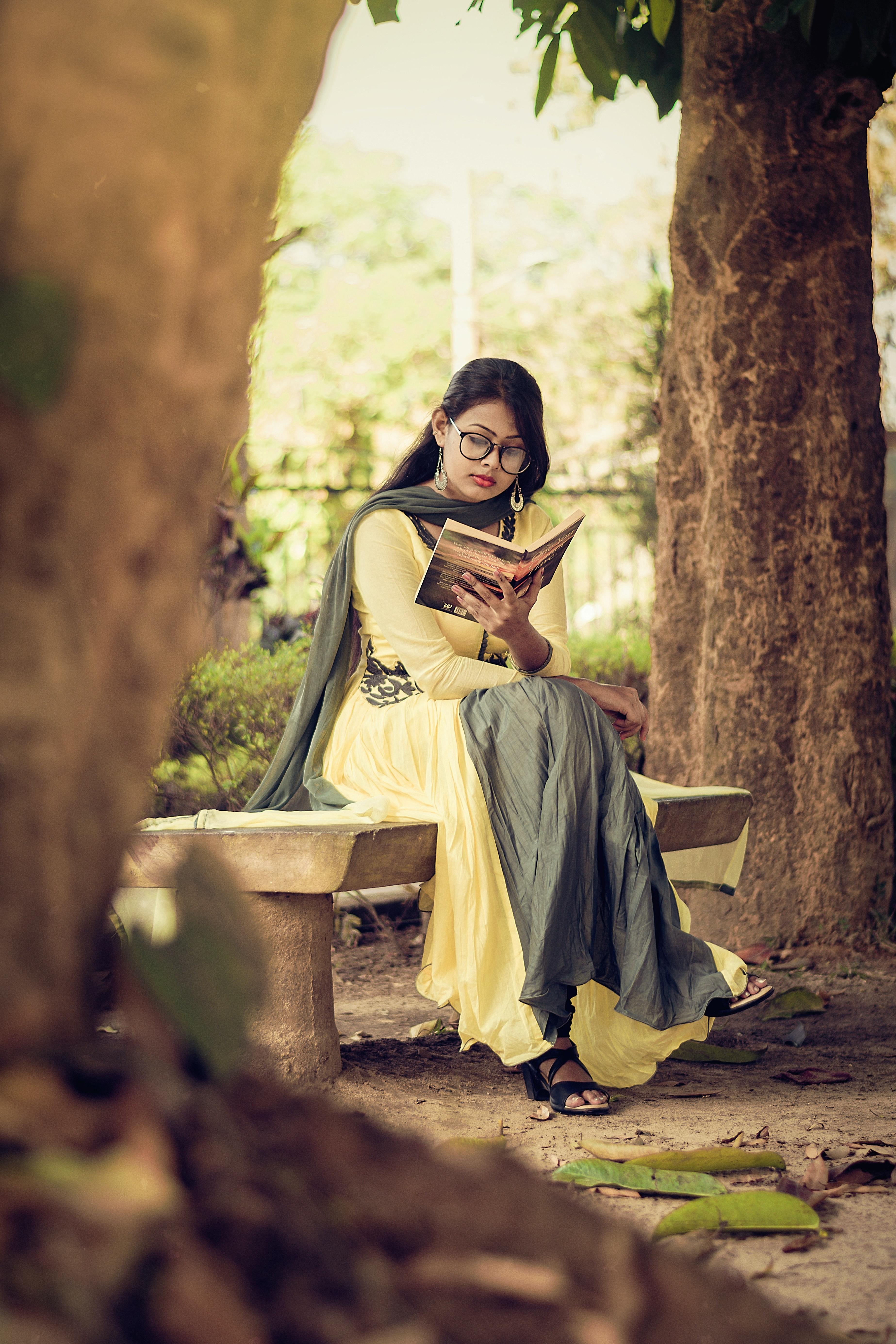 woman-reading-book-1580272.jpg