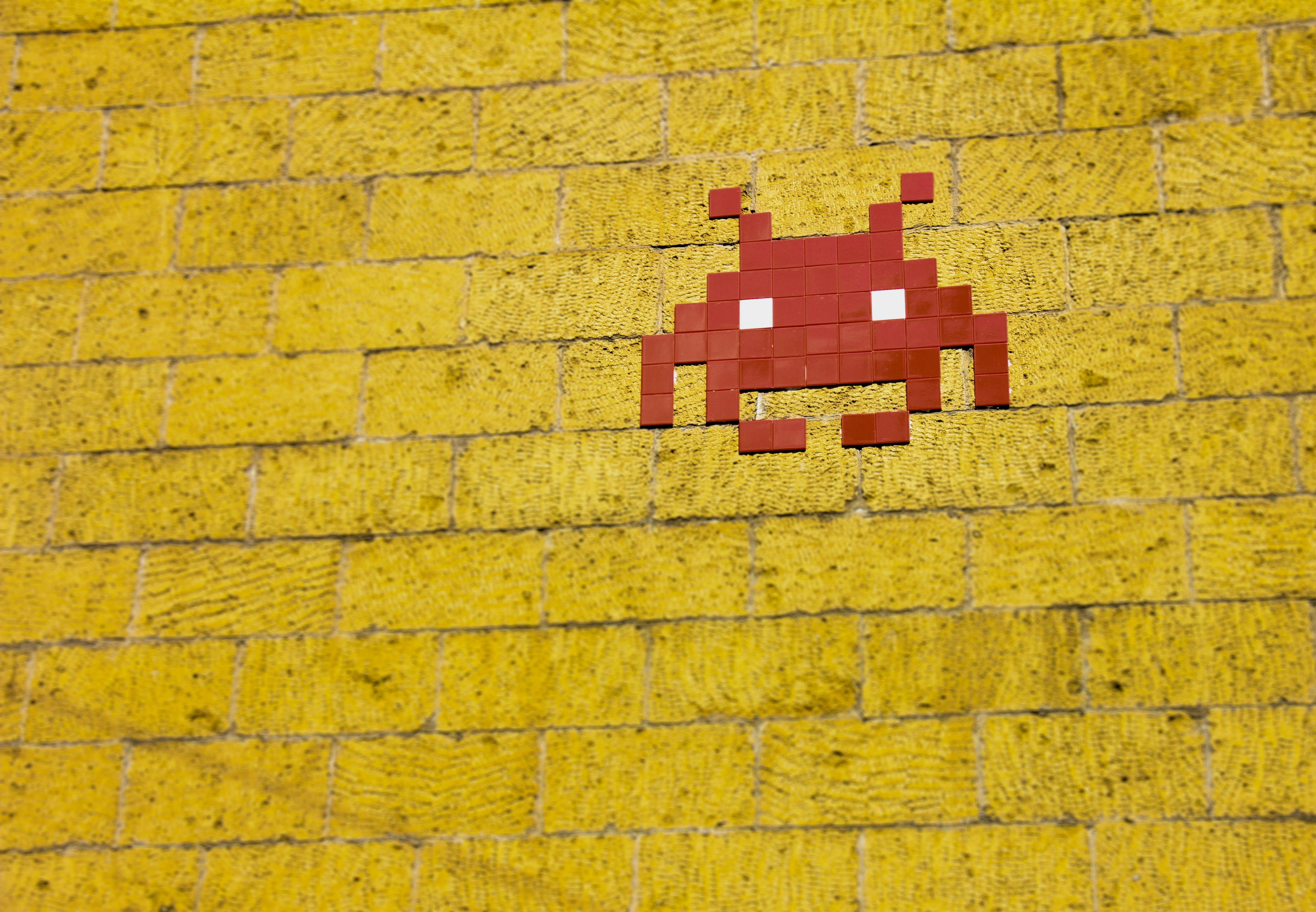 mosaic-alien-on-wall-1670977.jpg