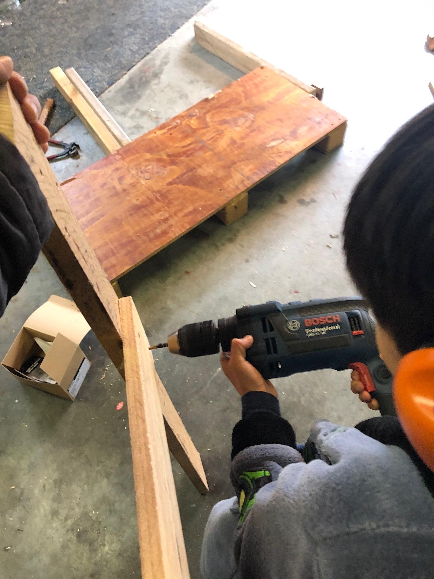 Thien-San remove screws of wooden boards