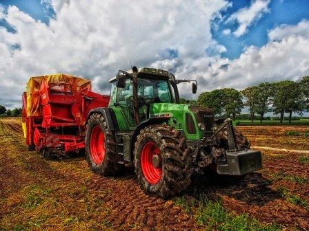 tractor-385681_640.jpg