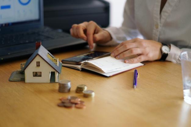 primer-plano-persona-pensando-comprar-o-vender-casa_181624-24672.jpg