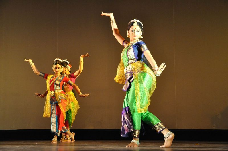 1280px-dance_with_rabindra_sangeet_-_kolkata_2011-11-05_6671.jpg