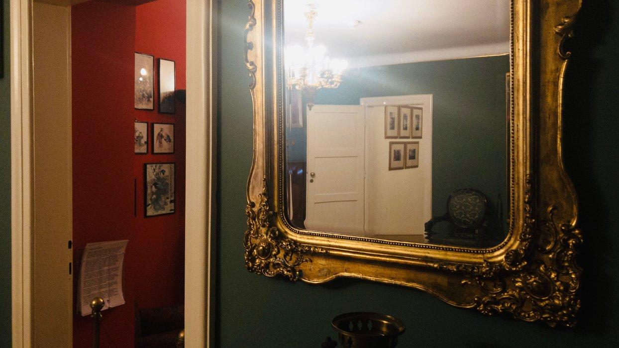 Pokój zielony - wejście do pokoju japońskiego, w lustrze: wejście do pokoju dziecięcego / The green room - entrance to the Japanese room, in the mirror: entrance to the children's room
