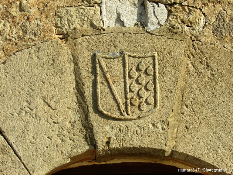Medieval shield and stonecutting marks
