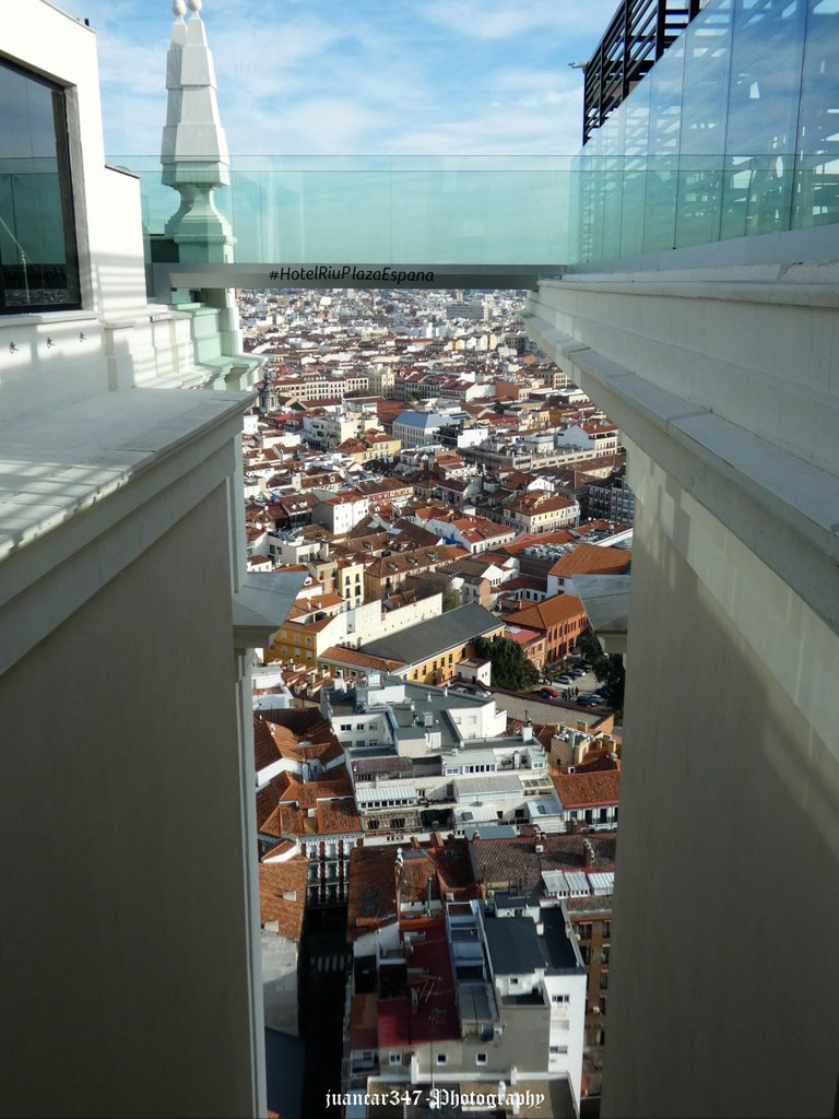 Panoramic of the famous glass walkway that rises 120 meters from the ground