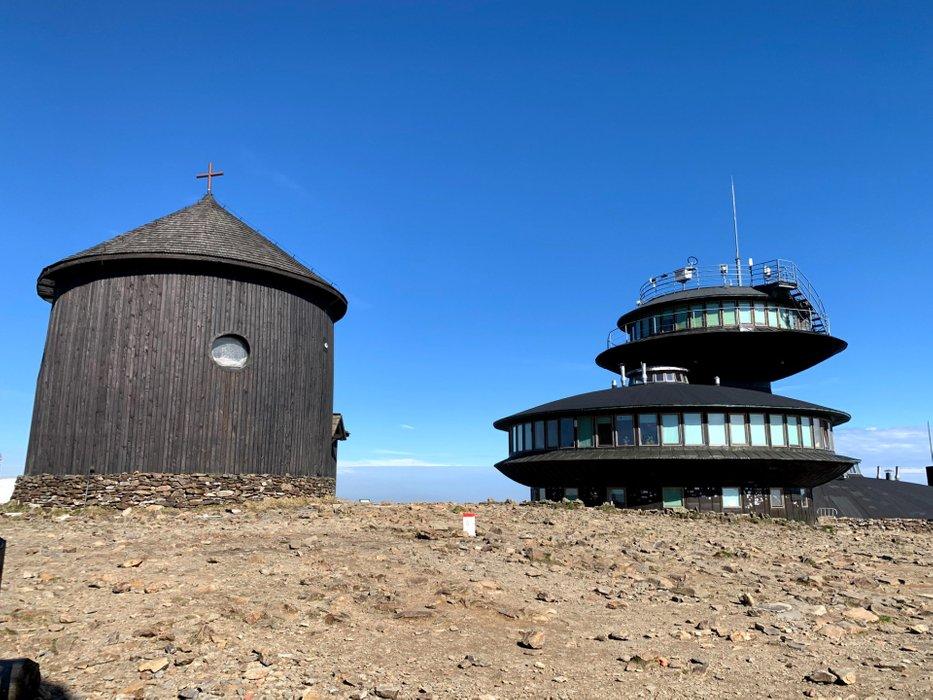 Szczyt Śnieżki - obserwatorium meteo oraz kaplica św. Wawrzyńca
