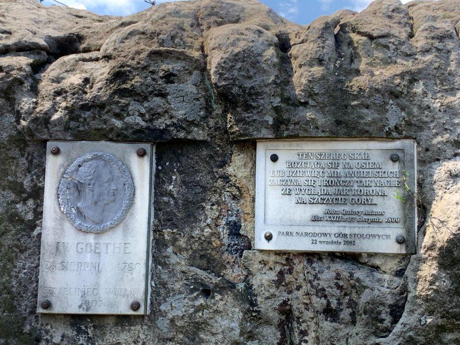 Tablice pamiątkowe pod Schroniskiem na Szczelińcu Wielkim