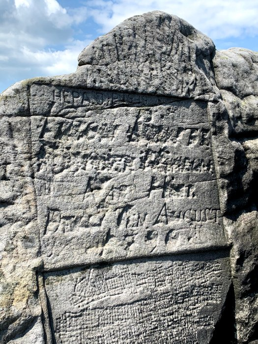 Inskrypcja w skalnym labiryncie
