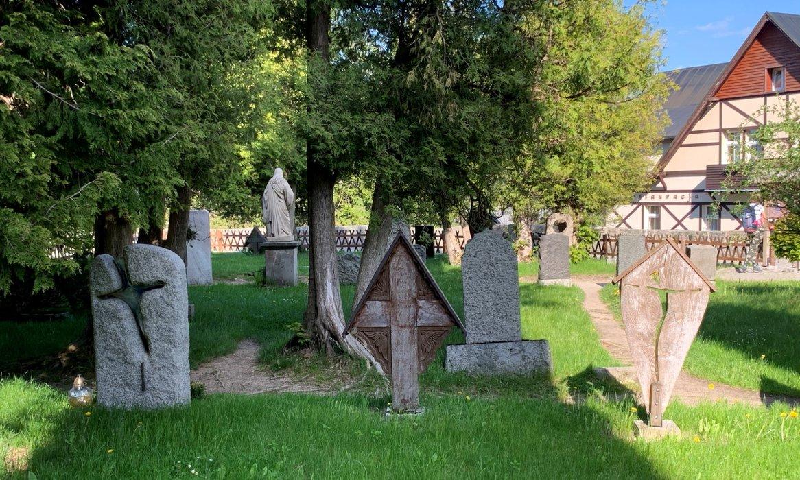 Cmentarz przy kościele Wang