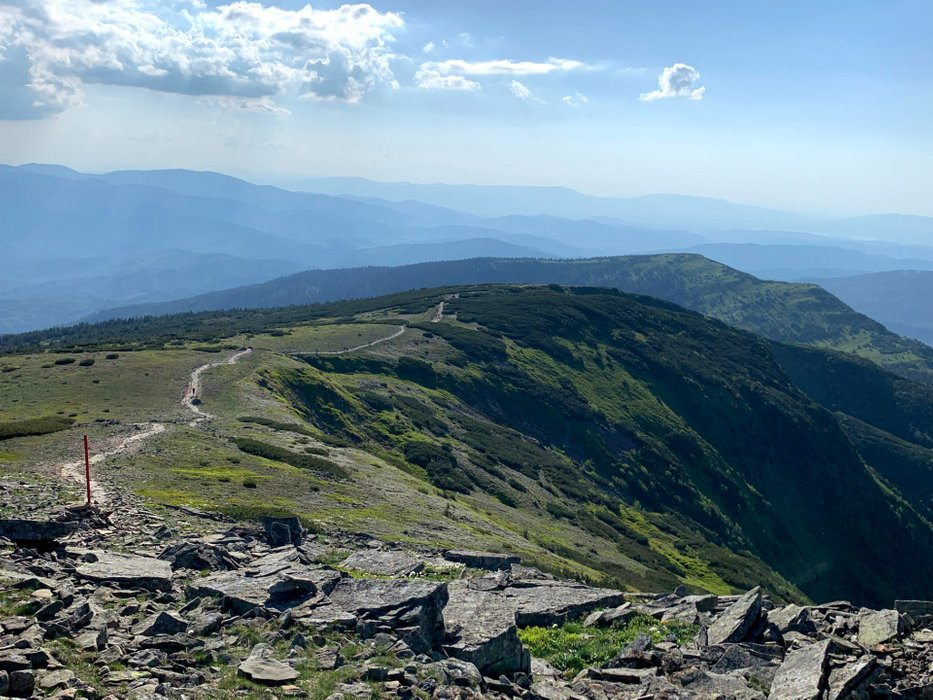 Babia Góra, widok ze szczytu w kierunku przełęczy Brona