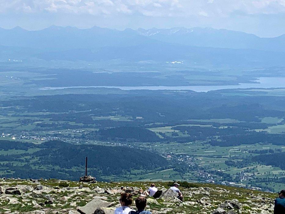 Widok z Babiej Góry na jezioro Orawskie i Tatry