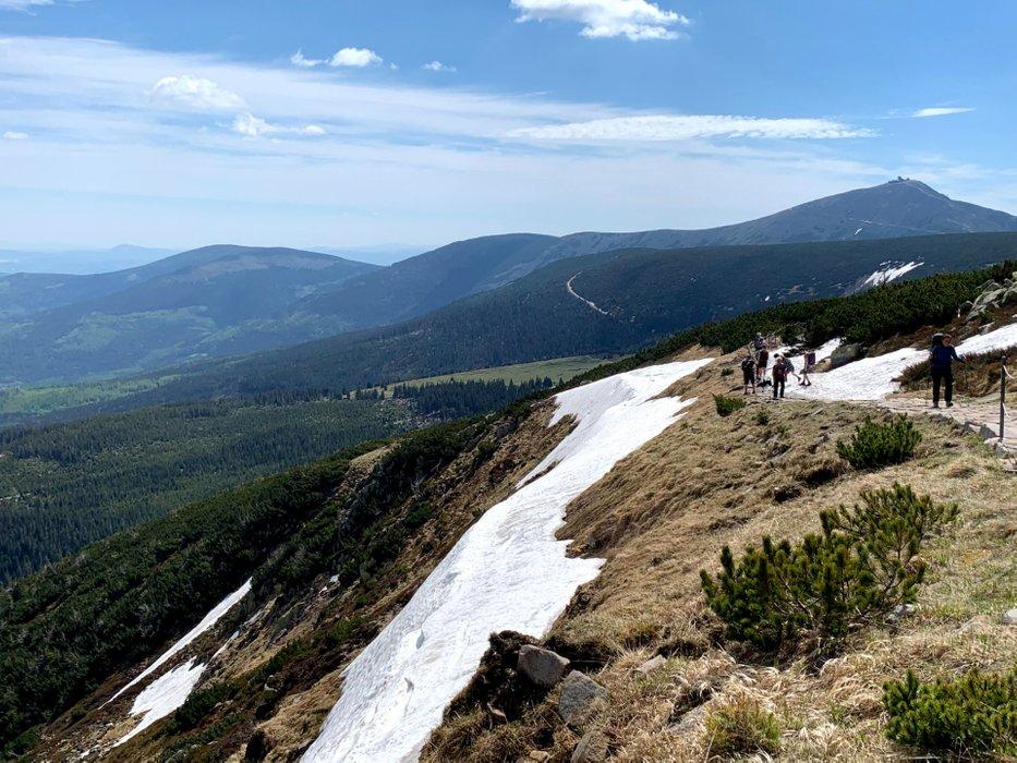 Główny Grzbiet Karkonoszy, na dalszym planie Śnieżka