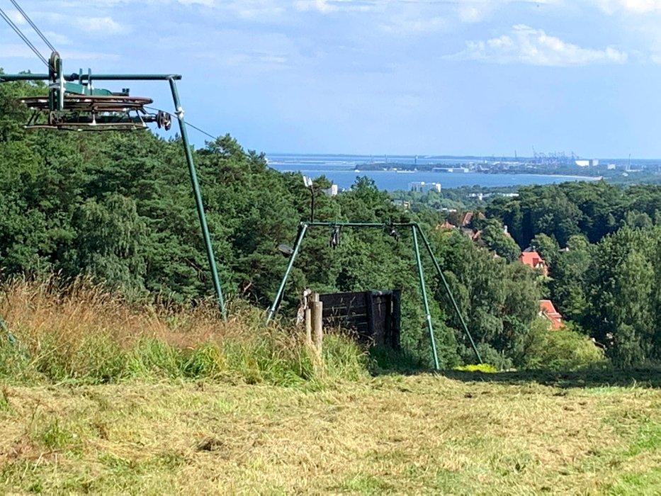 Wyciąg narciarski na Łysej Górze. W oddali Zatoka Gdańska