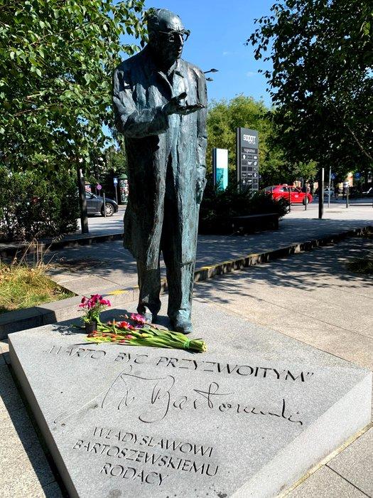 Władysław Bartoszewski, pomnik w Sopocie przy stacji kolejowej