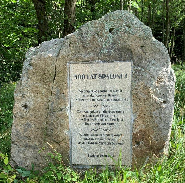 Tablica pamiątkowa we wsi Spalona