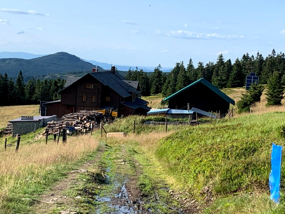 Schronisko na Śnieżniku (budynek po lewej)