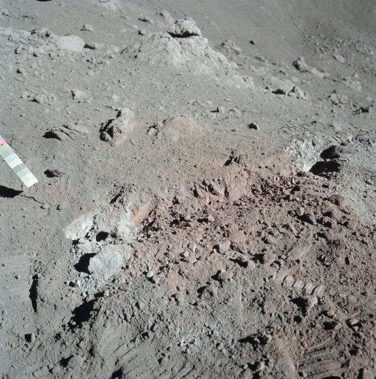 Moon soil Apollo_17_orange_soil  NASA public.jpg