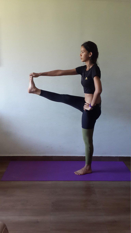 verlängerter großer Zeh Yoga Übung Utthita hasta Padangusthasana.jpg