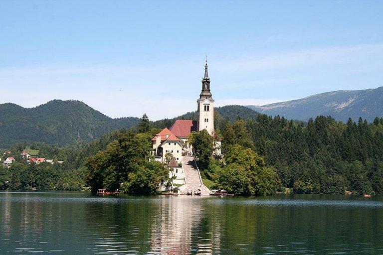 800px-Church_of_the_Assumption,_Lake_Bled_(1284177361).jpg