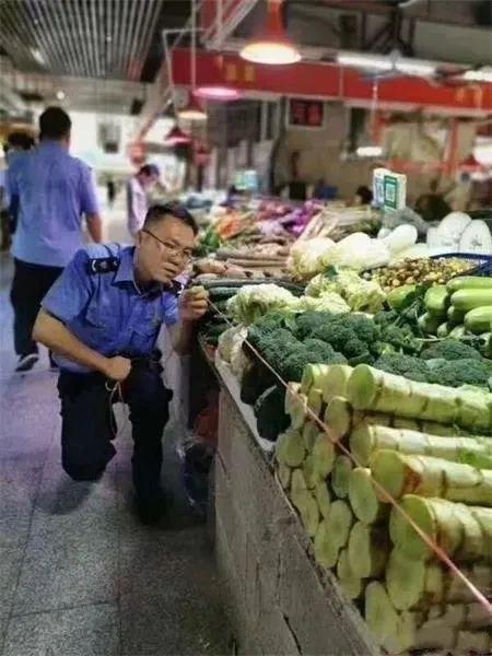 城管手中红线丈量商贩摆放的菜品是否超出摊位