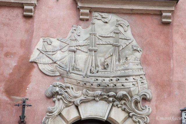 Ship on fasade