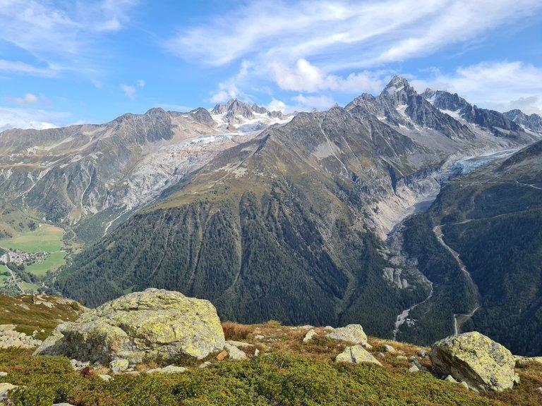 Vue sur la ville de Tour, le glacier de Saleina, l'Aiguille de Tour, l'aiguille d'Argentière et le glacier d'Argentière