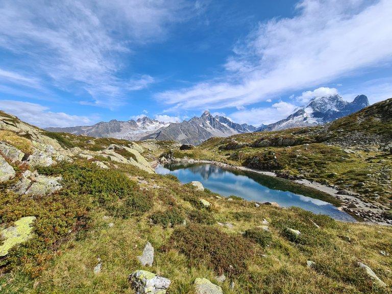 Vue sur un des lacs de CHeserys, le glacier de Saleina, l'Aiguille d'Argentière et l'Aiguille Verte