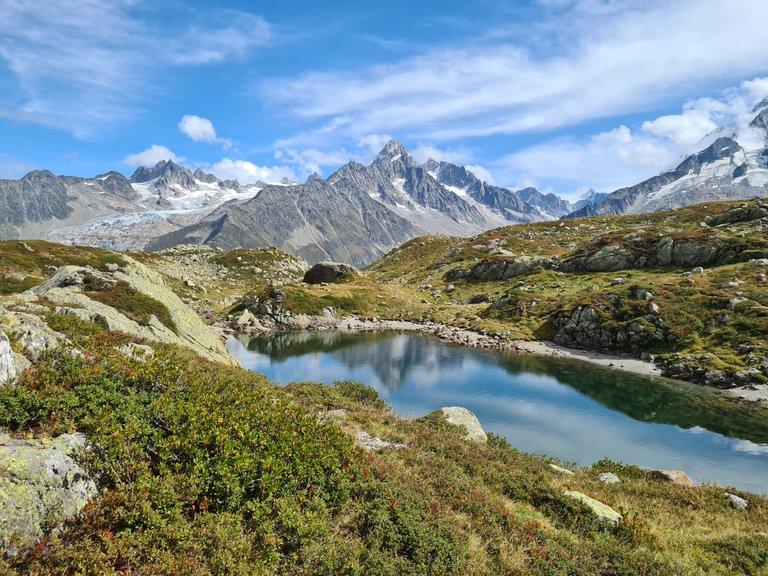 Vue sur l'un des lac de Cheserys, le glacier de Saleina, l'Aiguille de Tour, l'Aiguille d'Argentière et le glacier d'Argentière