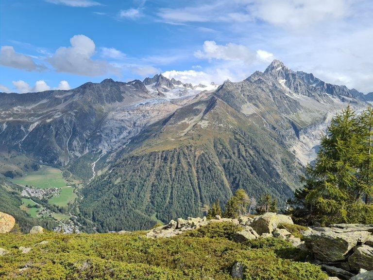 Vue sur la ville de Tour, l'Aiguille de Tour, le glacier de Saleina, l'Aiguille d'Argentière et le glacier d'Argentière