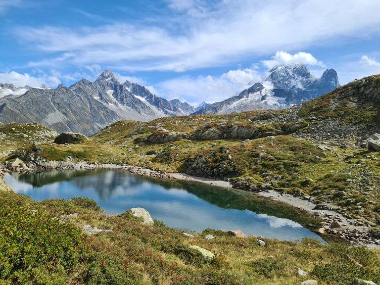Vue sur l'un des lacs de Cheserys, l'Aiguille d'Argentière et l'Aiguille du moine