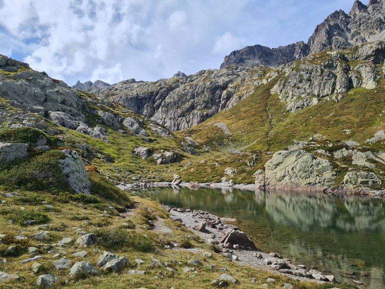 Vue sur un des lacs de Cheserys et l'Aiguille de Mesure