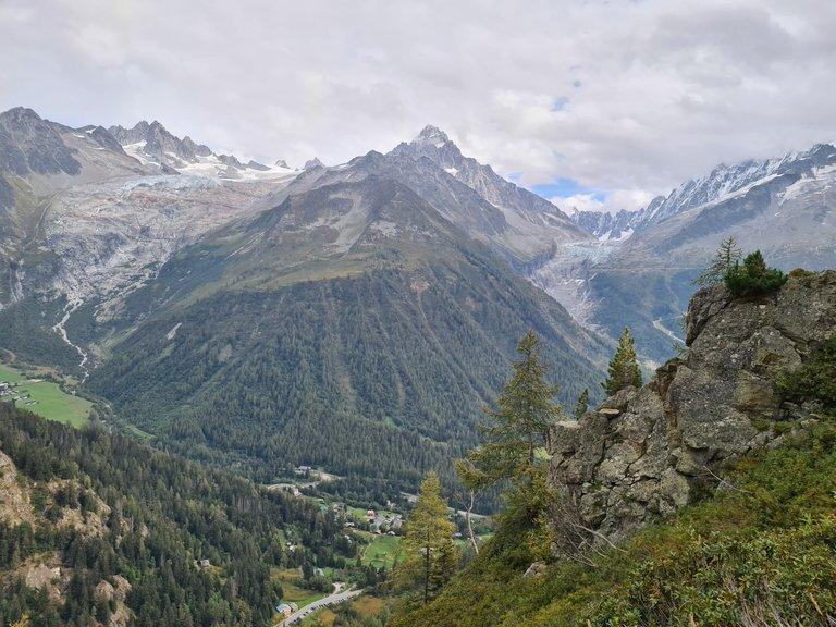 Vue sur l'Aiguille de Tour, le glacier de Saleina, la ville d'Argentière, l'Aiguille d'Argentière et le glacier d'Argentière