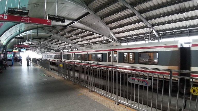 makaasak_train_grave_yard_bangkok_streets_august_2020_133.jpg