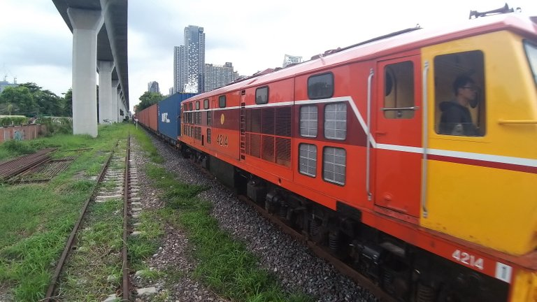 makaasak_train_grave_yard_bangkok_streets_august_2020_355.jpg