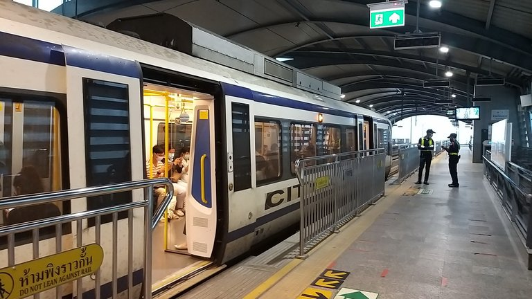 makaasak_train_grave_yard_bangkok_streets_august_2020_141.jpg