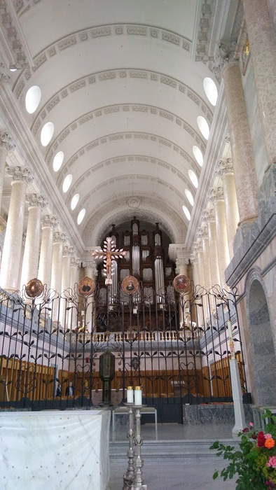 Imposing ceiling construction in the main hall of the cathedral