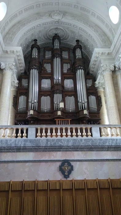 the huge organ on the gallery