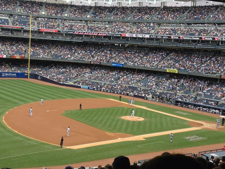 New_York_Yankees_game_at_Yankee_Stadium.jpg