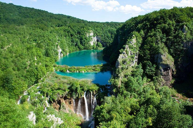 800px-Plitvice_Lakes_National_Park_(2).jpg