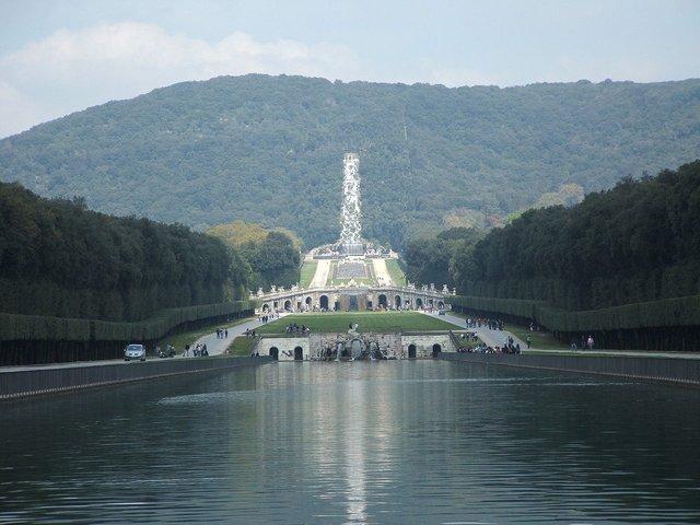 01.-Reggia-di-Caserta-Reggia di Caserta. Veduta del parco verso la Grande cascata, alimentata dall'acquedotto.(Wikipedia).jpg