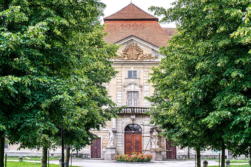 It would be lovely if Galerija Okusov would be in this mansion. However it's in the nearby stable, which is also nice.