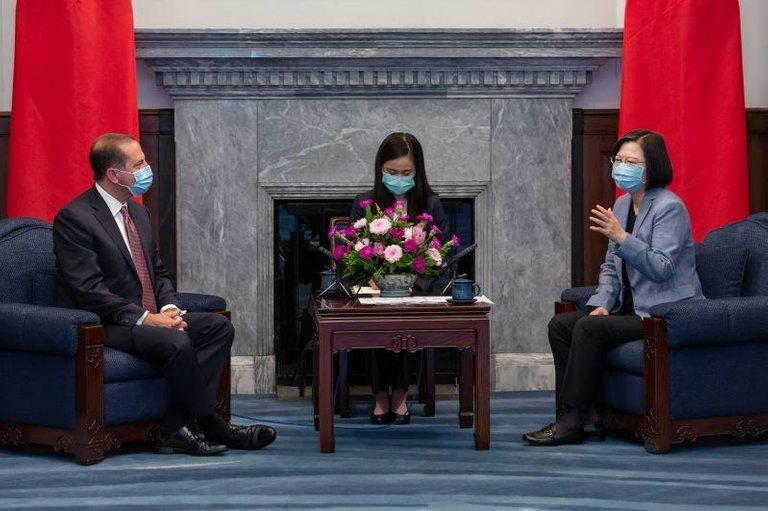 蔡英文总统(右)在8月10日在台北市总统府会见了美国卫生和公共事务部长亚历克斯·阿扎尔(左)。资料来源:今天的PO /台湾 更重要的是,自1979年以来在台北与台北领导人会晤以来,最高级别的美国代表团仅在两天后就采取了重大的象征性举动。