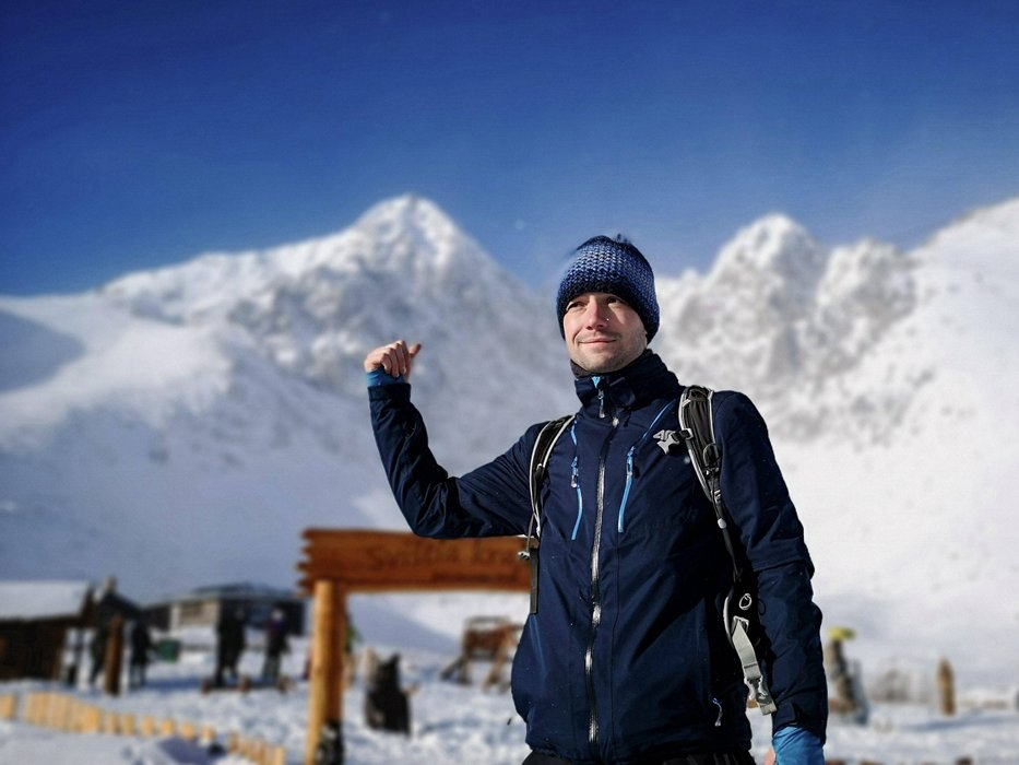 So close, yet so far. At Skalnate Pleso – the last stop before Lomnicky Stit, 2,634m. Photo by Aiste [CC BY-SA 4.0], via Connecting the Dots