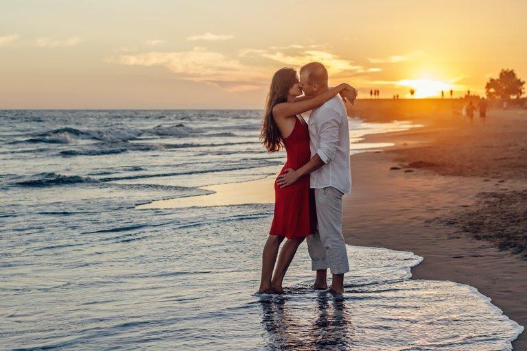 beach-couple-dawn-dusk-285938.jpg