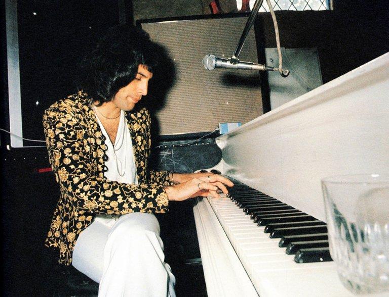freddie-mercury-playing-piano-1975.jpg