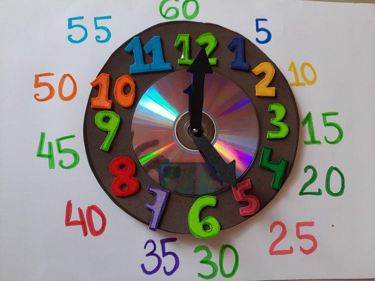 Practicando los minutos, relacionándolos con el mismo color./Practicing the minutes, relating them to the same color.