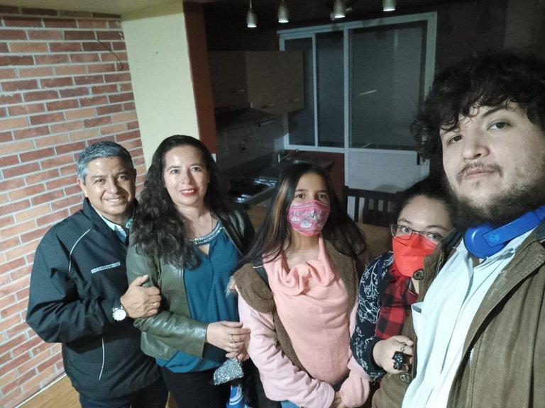 De Izquierda a Derecha somos El esposo demi madre, mi madre, mi hermana, mi novia y yo en lo que es nuestro nuevo departamento