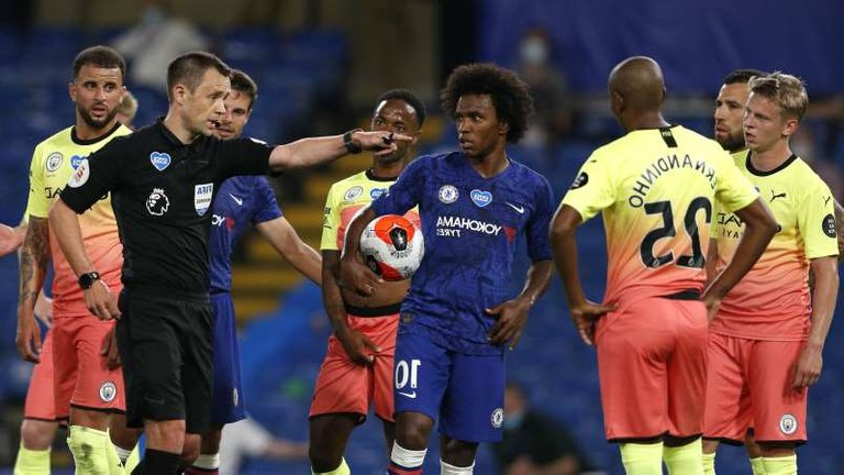 oleksandr-zinchenko-willian-kyle-walker-are-posing-for-a-picture-willian-waits-to-take-his-match-win_617705_.jpg