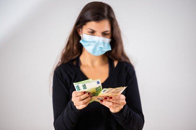 mujer_joven_contando_dinero_usando_mascarilla_pandemia_158217_2278.jpg